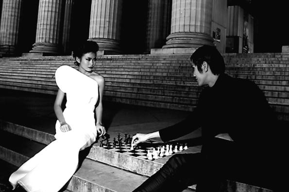 Chương trình VietNam's Next Top Model 2013 vừa tung ra đoạn trailer cho đêm chung kết. Giữakhung cảnh đêmParis tuyệt đẹp, 4 thí sinh xuất sắc nhất của Vietnams Next Top Model hóa thân thành những kì thủ đấu cờ vua.