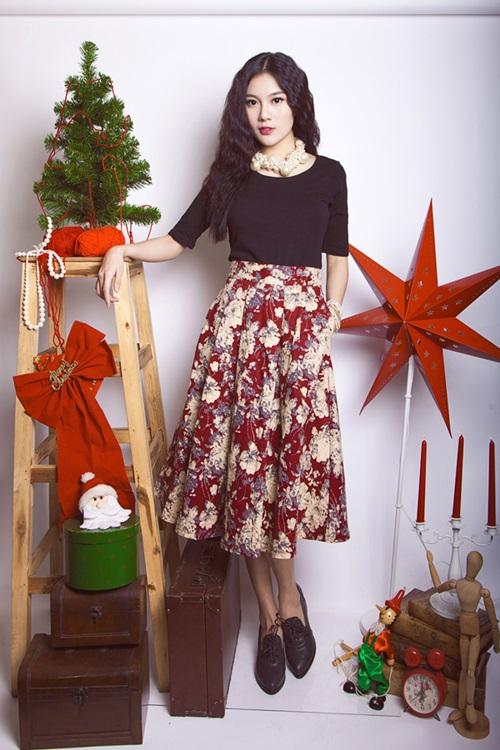 Nhắc đến Noel là nghĩ ngay đến sắc đỏ tiêu biểu và tràn ngập. Trang phục của các bạn gái trong mùa lễ hội này cũng phủ đầy màu đỏ rực rỡ, không chỉ để thêm phần ấm áp mà còn khiến bản thân trở nên nổi bật, thu hút mọi ánh nhìn.