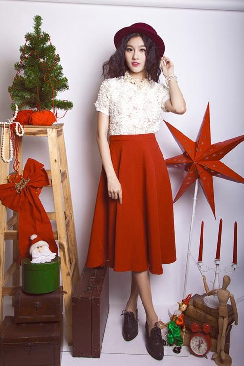Trong loạt ảnh này, á khôi Tăng Huỳnh Như được stylist Trịnh Tú Trung cho kết hợp váy midi thay cho những mẫu đầm liền để tạo nên sự năng động và tăng tính ứng dụng.