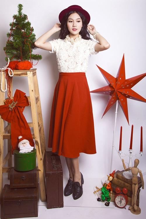 Váy midi là sự lựa chọn khá hoàn hảo cho những bạn gái không quá tự tin vào đôi chân thon nhưng vẫn yêu thích sự mềm mại, thướt tha của váy. Những chiếc áo, váy này hoàn toàn có thể phối với nhau tạo thành những bộ trang phục khác.