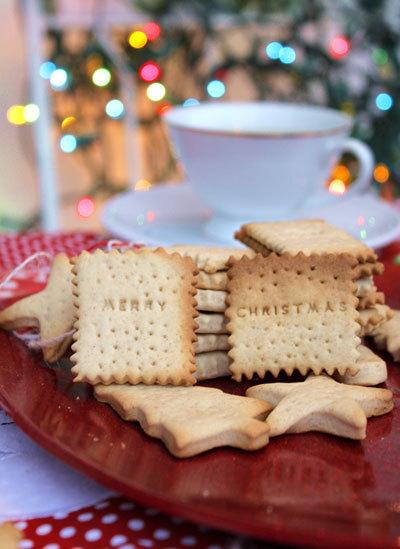 Những chiếc bánh giòn tan, thơm mùi bơ thoang thoảng mùi quế, nhấm nháp cùng ly trà nóng làm cho mùa đông dường như tan biến. Bạn có thể cho bánh vào túi để tặng bạn bè, người thân.