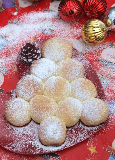 Một chút biến tấu với bánh mỳ nhân custard thông thường, bạn đã có được một cây thông cho ngày Giáng sinh vừa ngon vừa đẹp mắt.