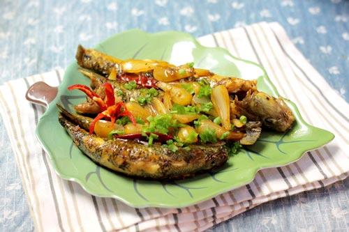 Cá bống cát thấm vị cay của ớt, gắp một miếng cá kèm với củ kiệu giòn giòn rất lạ miệng, mùa đông ăn cùng cơm thật ngon.
