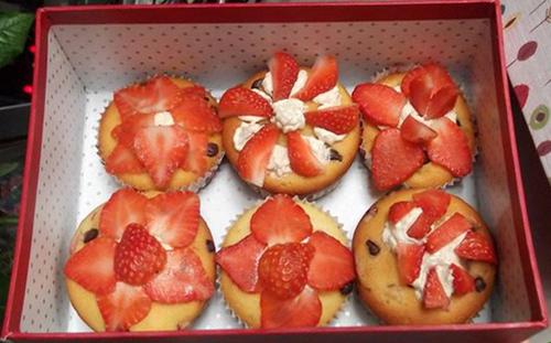 Sau khi làm xong bánh muffin, bạn dùng những lát dâu tây để trang trí sẽ khiến bánh thêm ngon miệng và đẹp mắt.