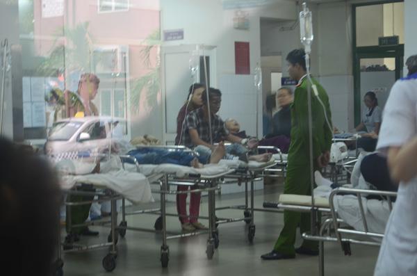 Các chiến sĩ công an đang theo dõi Phú tại bệnh viện.