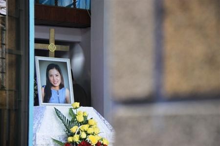 Gia đình, người thân lặng lẽ, tiếc thương sự ra đi của cô gái trẻ.