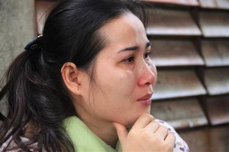Nước mắt lăn dài trên đôi mắt hoen đỏ của người thân, gia đình.