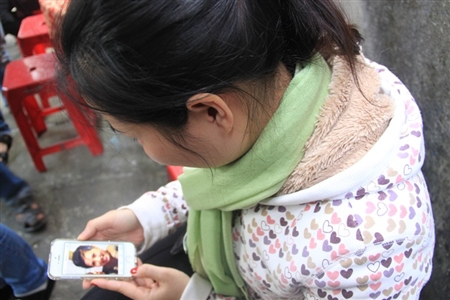 Nhiều người xem lại hình ảnh lưu niệm cùng Tiên. Trong mắt gia đình, người thân, đồng nghiệp, Tiên là cô gái ngoan hiền, hiếu thảo, vui tươi và rất xinh xắn.