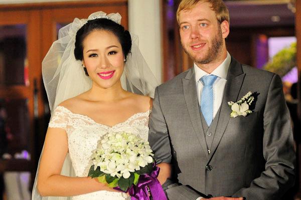 Cô dâu Ngô Phương lan rạng rỡ bên chú rểLoz Whitaker.