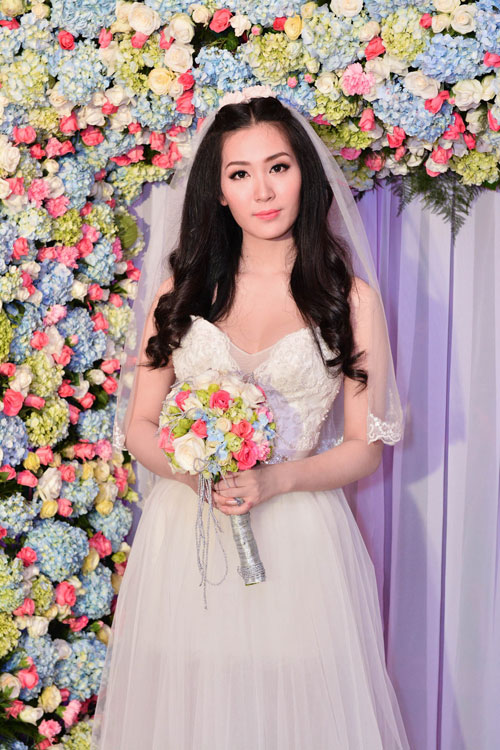 Thùy Trang chọn váy cưới khoe chân dài
