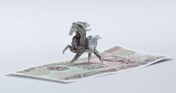 Chú ngựa được xếp từ tờ tiền 2.000 đồng với những vân có sẵn rất đẹp mắt.