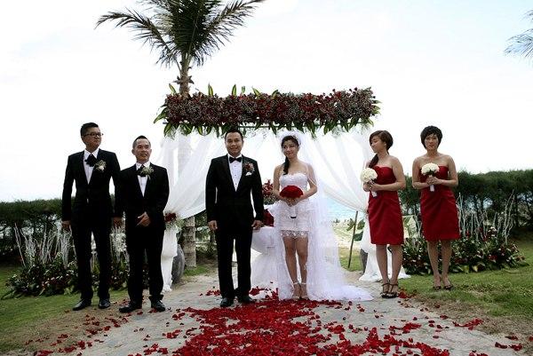 Cô dâu, chú rể cùng người thân tự trang trí không gian lãng mạn với hai gam màu trắng và đỏ bên bờ biển Phan Thiết.