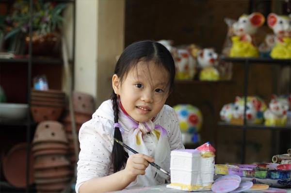 Cách trung tâm Hà Nội chưa đến một giờ đi xe máy, Bát Tràng là điểm đến thú vị, dễ đi dành cho cả gia đình.