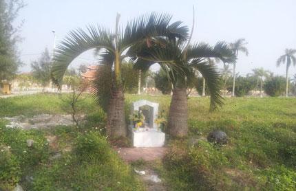 Ngôi mộ lẻ loi của bà trùm đất Cảng.