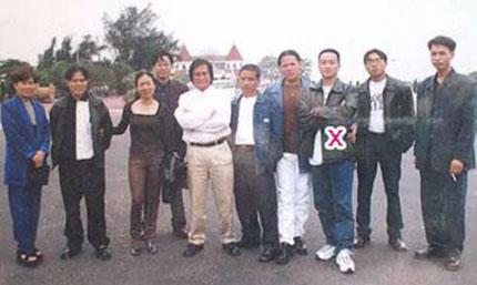 Dung Hà thứ 2 từ trái sang, Năm Cam (áo trắng đứng giữa) và Hải Bánh (dấu x) tại TP Hải Phòng.