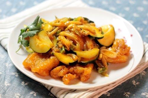 Một món mặn ăn với cơm đơn giản, dễ chế biến với phần nước sốt nấm và bí ngồi xen kẽ vị chua dịu của tương cà và thịt cá ngọt.