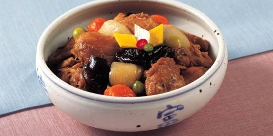 Gà om (Dakijim) là món gà miếng hầm gia vị với nhiều loại rau như hành tây, cà rốt, bạch quả, rất được người Hàn Quốc yêu thích.
