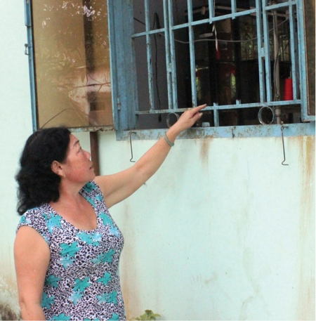 Cửa sổ bị kẻ trộm cắt thủng để đột nhập.
