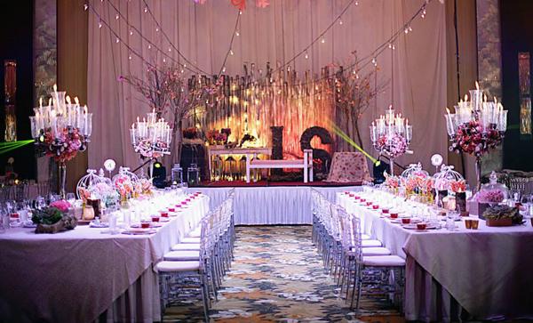 Không gian của hôn lễ mang màu hồng chủ đạo, điểm xuyết thêm những sắc màu khác để làm không gian thêm hài hòa, lãng mạn. Sân khấu được trang trí với hai chữ cái, tượng trưng cho tên của cô dâuShamcey Supsup và chú rểLloyd Lee.
