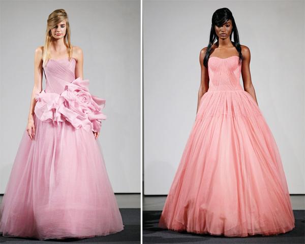 Chiếc váy hồng duyên dángcủaKaley Cuoco gợi nhớ tới hai chiếc váy trong bộ sưu tập váy cưới sắc màu của Vera Wang, nhưng Kaley đã giản lược đi các chi tiết rườm rà để phù hợp với vóc dáng và sở thích.