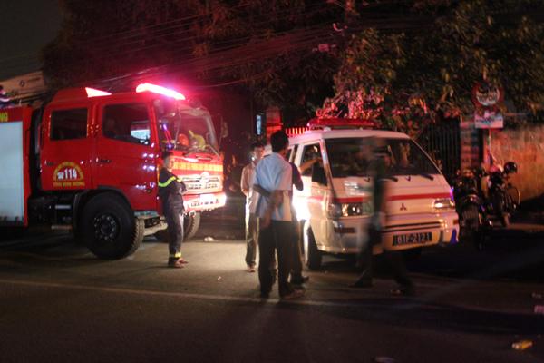Khoảng 40 phút sau, xe cứu hoả của tỉnh Bình Dương mới đến được hiện trường. Lúc này, cửa hàng bán xe đạp đã chìm trong biển lửa và đang có dấu hiệu lan sang nhà dân bên cạnh.