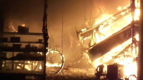 Biển lửa bao trùm ki ốt kinh doanh xe đạp.
