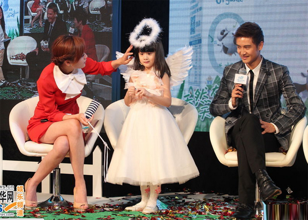 Con gái đáng yêu của Điền Lượng xinh xắn trước ống kính báo chí.