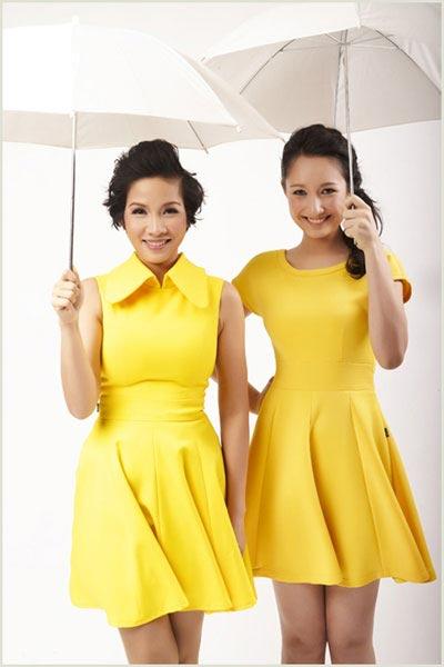 Mỹ Linh và Anna Trương diện đồ đôi thắm thiết bên nhau.