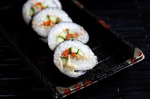 Biến tấu từ món sushi, bạn có thể cuộn rong biển với những nguyên liệu đơn giản như cơm nếp, patê gan, dưa leo, ruốc, cà rốt, dùng làm món khai vị hay đi dã ngoại rất tiện và ngon miệng.