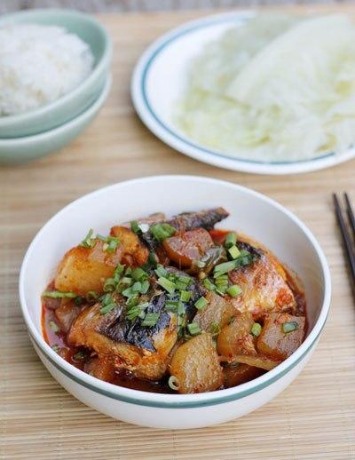 Người Hàn Quốc thường ăn cá kho với củ cải, cuộn cùng cơm và lá bắp cải luộc rất thú vị, ăn được nhiều mà không bị ngán.