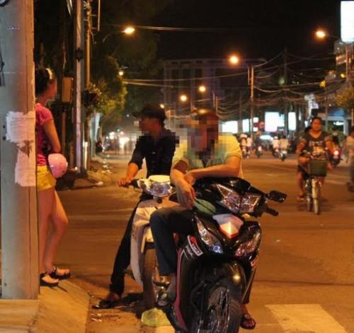 Những cô thiếu nữ còn tuổi ăn tuổi học hằng đêm đứng trên những con phố mồi chài khách.