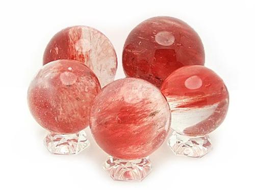 Những quả cầu pha lê màu đỏ giúp hóa giải sao số 3.
