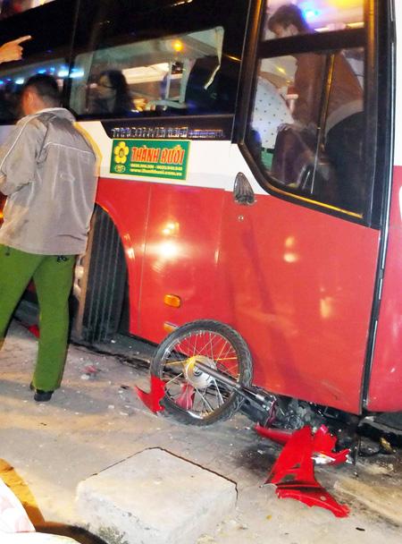 Xe máy bị xe cán nát dưới gầm. Ảnh: Châu Thành