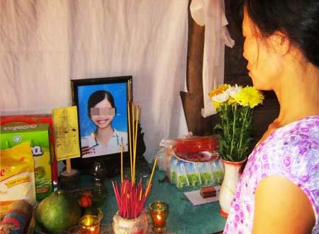 Vợ Lam bên di ảnh của con.