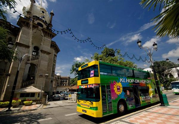Bạn có thể mua vé hop on hop off khá dễ dàng với giá 45 RM cho loại vé 24h để khám phá Kuala Lumpur theo cách của riêng mình.