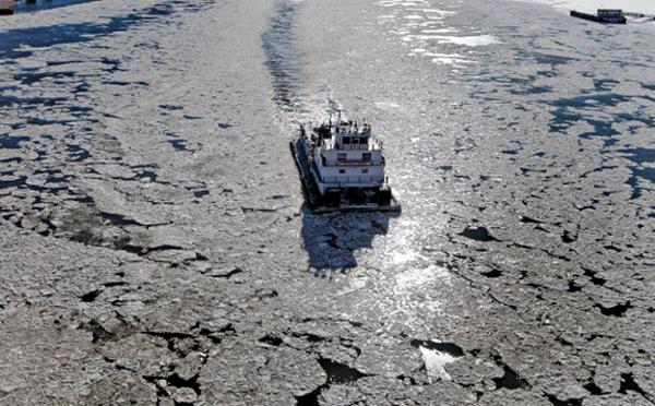 Con thuyền di chuyển khó khăn trên dòng sông Missisipi huyền thoại.