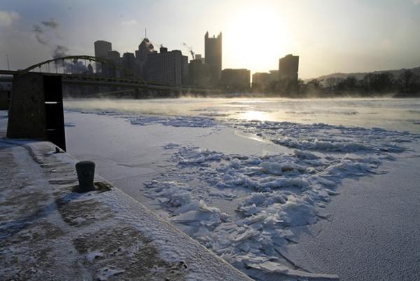 Mặt trời mọc trên dòng sông Allegheny đóng băng với cái lạnh khủng khiếp.