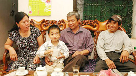 Từ bên trái sang: Chị Thuận, cậu bé Bình - Tiến, anh Nguyễn Phú Tân  và người bác ruột Bùi Văn Tuấn