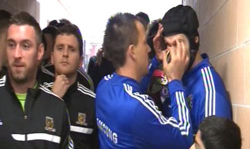 Terry ân cần giúp Cech lấy vật lạ rơi vào mắt. Ảnh: Metro.