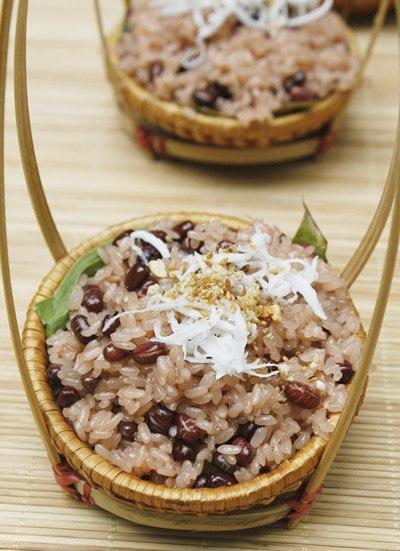 Bát xôi nóng hổi với vị bùi bùi của đậu đỏ và gạo nếp dẻo sẽ là món ăn sáng hấp dẫn cho cả nhà bạn.