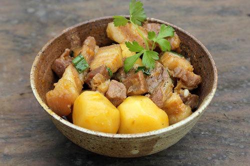 Thịt ba chỉ thấm mềm, khoai tây bùi, là sự kết hợp lạ mà quen, bổ sung thêm cho thực đơn nhà bạn một món ăn ăn với cơm rất đậm đà.