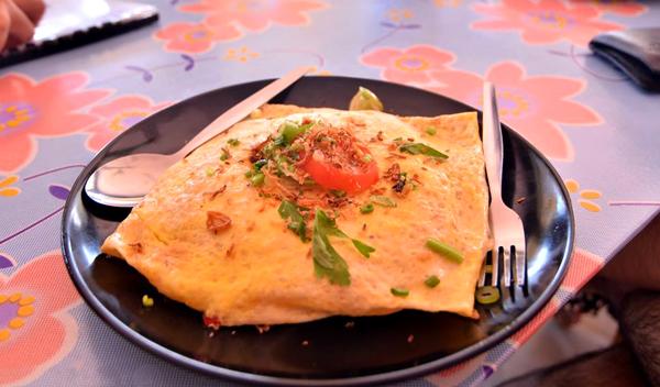 Món Pataya Fire Rice (trứng tráng cuộn cơm rang ở bên trong) ngon tuyệt hảo.
