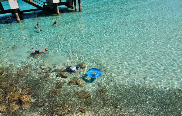 Nước biển xanh trong rất thích hợp có các hoạt động bơi lội, lặn biển,