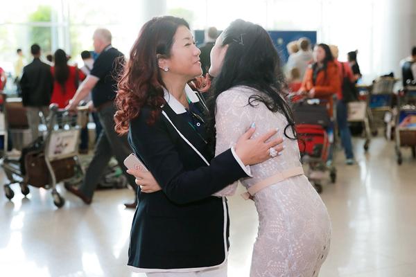 Lý Nhã Kỳ rạng rỡ đón công chúa Thái Lan tại sân bay