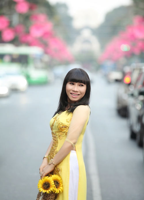 Cô giáo 8x thướt tha tà áo dài trên phố Sài Gòn rực rỡ sắc xuân.
