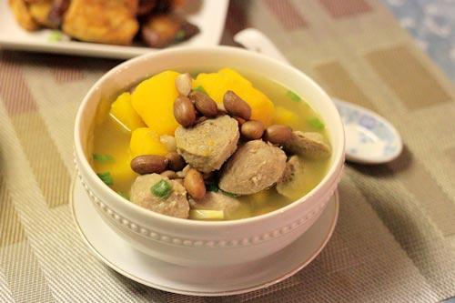 Bát canh ngọt mát với vị bùi bùi của lạc, kết hợp với bí đỏ bổ dưỡng và thịt bò viên làm thành món ngon dễ ăn.