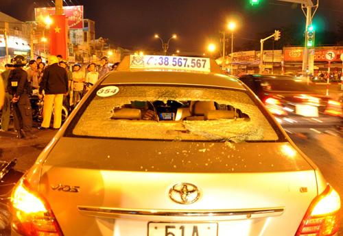 Người đàn ông đập bể kính xe taxi. Ảnh: An Nhơn