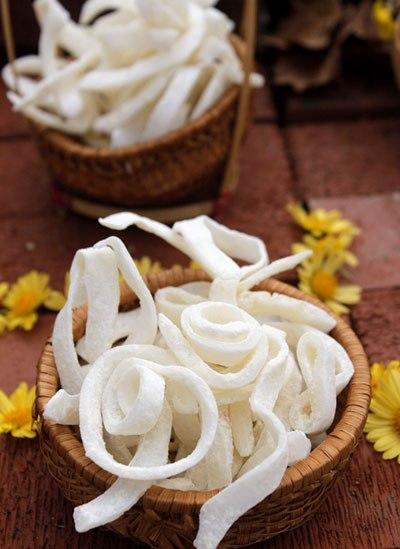 Với một chút biến tấu từ món mứt dừa cổ truyền bạn đã có món mứt là lạ thơm ngon với vị bùi bùi của dừa, beo béo của sữa tươi, để dành đãi khách trong dịp Tết.