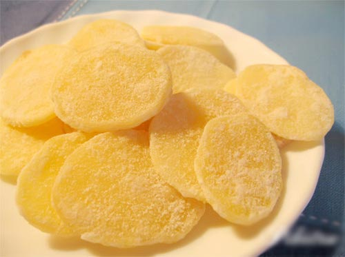 Không bán nhiều ở ngoài hàng nên những ai đã nghiện ăn món mứt khoai tây thường biết cách tự làm đồ ăn vặt lạ miệng này.