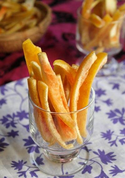 Vỏ bưởi thường được gọt bỏ đi nhưng mất công một chút, bạn có thể biến nó thành món mứt ngon, với vị cay nhẹ, thơm dịu, ăn không ngán, lại phòng chống được ho khi thời tiết trở lạnh.